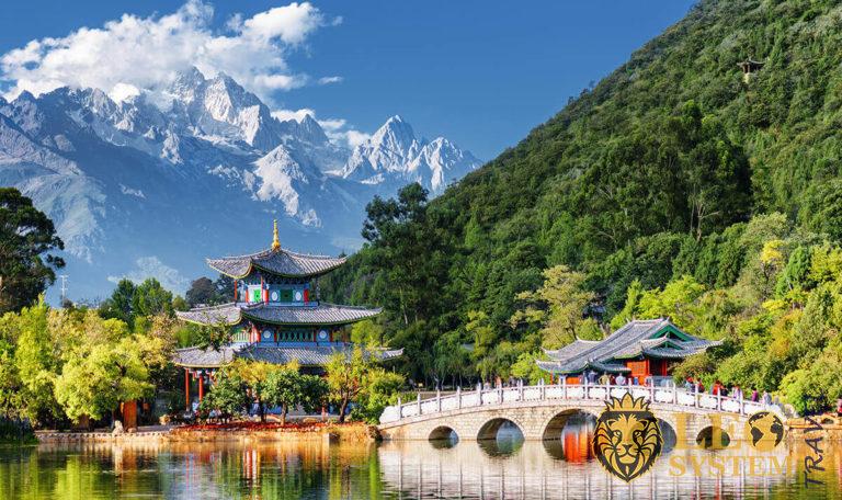 Great view of the Jade Dragon Snow Mountain and the Black Dragon Pool, Lijiang, Yunnan province, China