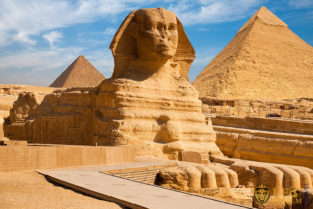 Beautiful profile of the Great Sphinx including pyramids, Giza, Egypt