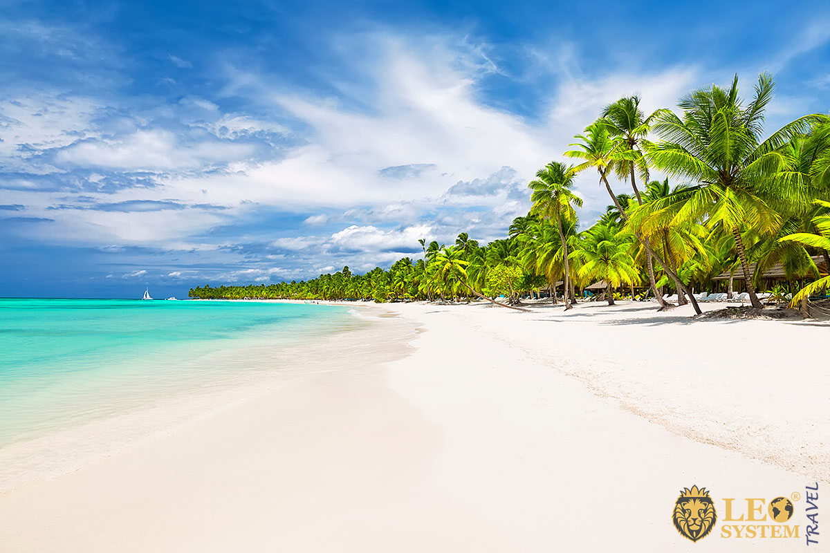 Magnificent beach and white sand in Boca Chica