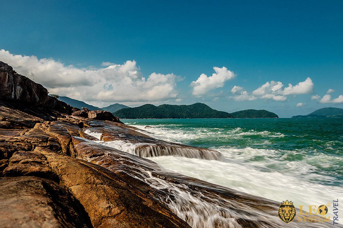 Image of rocks and ocean, city of Fortaleza, Brazil