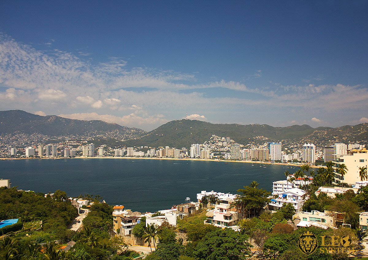 Image of city buildings and the Pacific coast in Acapulco
