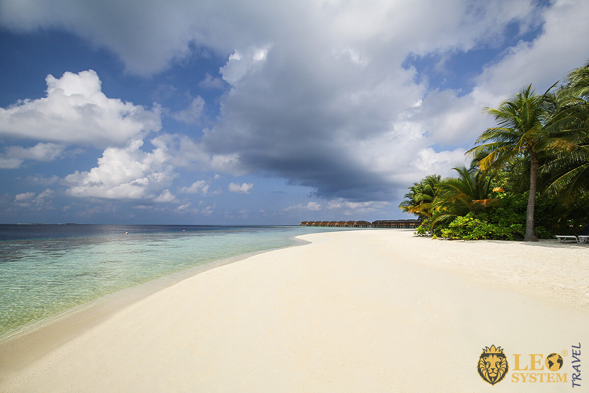 Spectacular views of the white sand on the beach and the Indian Ocean, Vilamendhoo Island